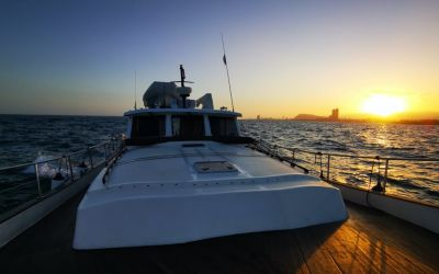 Sunset barcelone by menorquin yacht with charterinad
